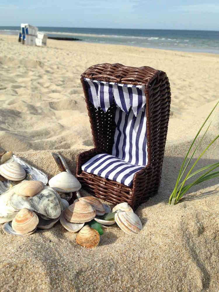 Kleiner Strandkorb Mit Muscheln Sand